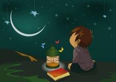 La noche del muchacho y una linterna Foto de archivo libre de regalías