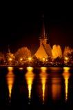 La noche enciende reflexiones en el lago imagenes de archivo