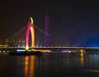 La noche escénica del puente de Liede y de la torre de la TV imagen de archivo
