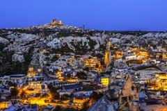 La noche Goreme, ciudad antigua y fortaleza de Uchisar en el horizonte Paisaje Cappadocia fotografía de archivo