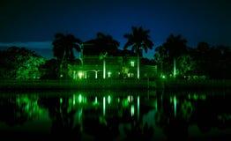 La noche hermosa tiró de la mansión en el agua Foto de archivo