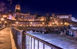 La noche iluminó vista de la escena urbana imperial de los foros (Fori Imperiali) en Roma Fotografía de archivo libre de regalías
