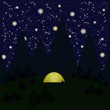 La noche, montañas, árboles, bosque, tienda brilla intensamente sombras amarillas, grises de la mujer y los hombres en la tienda, Fotos de archivo libres de regalías