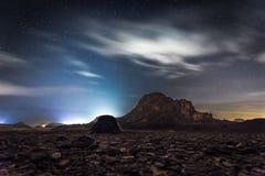 La noche protagoniza la naturaleza del paisaje del desierto de la silueta de la montaña del cielo Fotografía de archivo