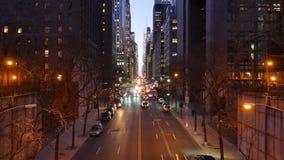 La noche que establecía lapso de tiempo tiró de la 42.a calle en Manhattan almacen de metraje de vídeo