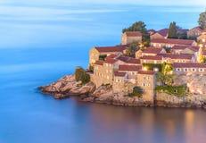 La noche Sveti Stefan, el pequeño islote y el hotel recurren en Montenegro, Fotografía de archivo