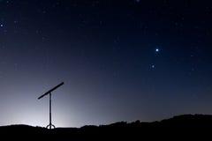 La noche tiró con una silueta de un telescopio Fotos de archivo