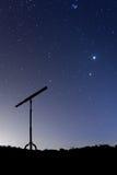 La noche tiró con una silueta de un telescopio Imagenes de archivo