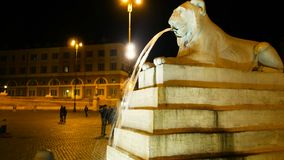 La noche tiró de un detalle del león que escupe el agua de su boca en uno de los cuadrados más hermosos de Roma, plaza almacen de video