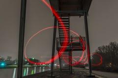 La noche tiró de un puente en Regensburg, Baviera, Alemania con el europakanal iluminado Fotos de archivo