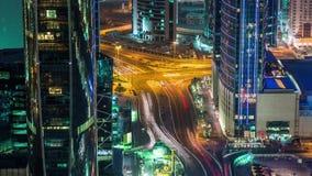 La noche video de la intersección del cruce del timelapse de la opinión de Doha abajo enciende los skycreapers Qatar, Oriente Med metrajes