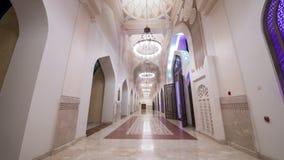 La noche video del timelapse de Doha enciende la mezquita Qatar, Oriente Medio almacen de metraje de vídeo