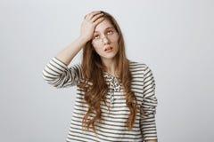 La noia mi uccide Il ritratto del rotolamento attraente infastidito e stanco della donna osserva e della palma della tenuta sulla Fotografia Stock Libera da Diritti