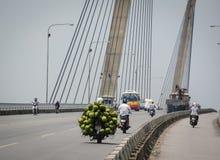 La noix de coco de transport de personnes porte des fruits sur la rue à Hanoï, Vietnam Image stock