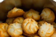 La noix de coco de Noël souffle des biscuits de macaron dans la boîte de bidon L'atmosphère confortable de fête Concept de cuisso photographie stock