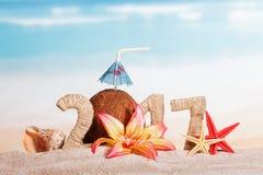 La noix de coco numéro à la place 0 dans la quantité 2017, étoile de mer contre la mer Photographie stock libre de droits