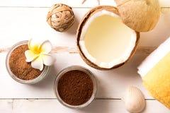 La noix de coco, produits de station thermale, caf? frottent, des serviettes et des coquillages sur le fond blanc photos stock