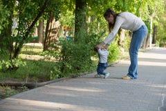 La nonna cammina con il suo nipote immagine stock libera da diritti
