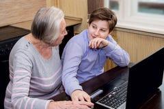 La nonna del nipote insegna all'alfabetizzazione informatica Immagine Stock Libera da Diritti