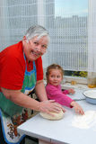 la nonna della nipote della pasta impasta Fotografia Stock Libera da Diritti