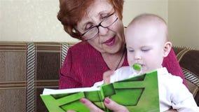 La nonna e la neonata hanno letto un libro video d archivio
