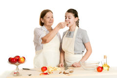 La nonna e la nipote si curano con appl Immagini Stock