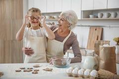 La nonna ed il bambino allegri stanno divertendo nella cucina Immagini Stock Libere da Diritti