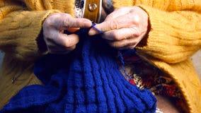 La nonna lavora a maglia una sciarpa Immagini Stock