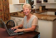 La nonna è in linea! Fotografie Stock
