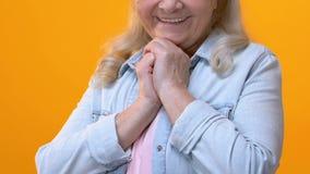 La nonna positiva che ammira sul fondo luminoso, sensibilità ha toccato, la tenerezza archivi video