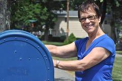 La nonna trasmette una lettera fotografia stock libera da diritti