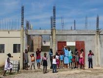La nonne et les orphelins saluent des missionnaires dans Simple-du-Nord, Haïti Photographie stock libre de droits