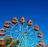 La noria en cielo azul Fotos de archivo libres de regalías