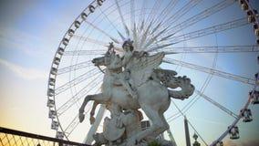 La noria que giraba detrás de la estatua de mármol del montar a caballo ecuestre se fue volando el semental metrajes