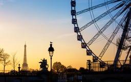 La noria y la torre Eiffel en París Fotografía de archivo libre de regalías