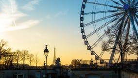 La noria y la torre Eiffel en París Imagen de archivo libre de regalías