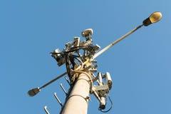 La norme cellulaire mobile de GSM d'équipement et d'antenne est installée sur l'appui léger Photo stock