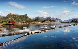 La Norvège, îles de Lofoten, fjords de montagnes de paysage de côte Photos libres de droits