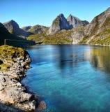 La Norvège, îles de Lofoten, fjords de montagnes de paysage de côte photographie stock libre de droits