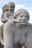 La Norvège, Oslo Femme et enfants de sculpture en parc de Vigeland Voyage Images libres de droits