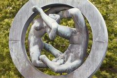 La Norvège, Oslo Femme et homme de sculpture en parc de Vigeland Visite de voyage Photos stock