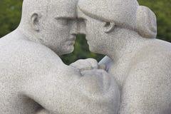 La Norvège, Oslo Femme et homme de sculpture en parc de Vigeland Visite de voyage Image stock
