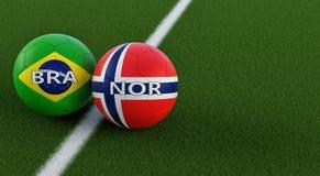 La Norvegia contro Partita di calcio del Brasile - palloni da calcio nei colori nazionali del Brasile e della Norvegia su un camp Royalty Illustrazione gratis
