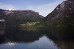 La Norvegia in estate Riflessione della montagna in un lago Fotografia Stock Libera da Diritti