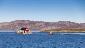 La Norvegia, impresa di piscicoltura per la crescita di color salmone Fotografie Stock Libere da Diritti