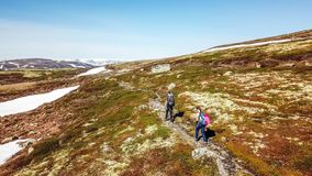 La Norvegia - una coppia che fa un'escursione nel plateau dell'altopiano fotografia stock libera da diritti