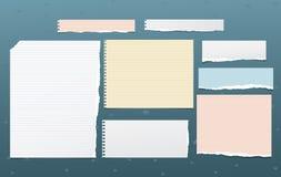 La nota allineata lacerata variopinta e bianca, pezzi di carta del taccuino per testo ha attaccato il fondo blu scuro Illustrazio illustrazione di stock