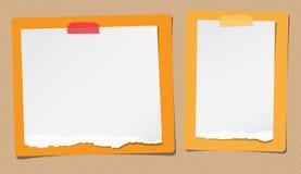 La nota blanca rasgada, papel del cuaderno se pega en rectángulos amarillos, anaranjados Fotos de archivo libres de regalías
