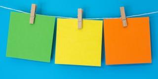 La nota coloreada ajusta la ejecución Fotos de archivo