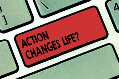 La nota de la escritura que muestra la acción cambia cosas Foto del negocio que muestra superando adversidad tomando medidas ence imagenes de archivo